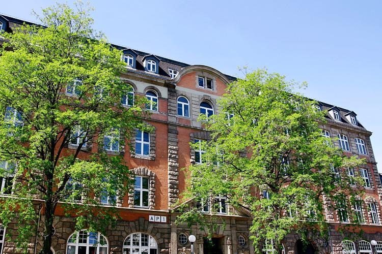 """Der sogenannte """"Pferdestall"""" - 1908 als Betriebsstätte eines großen Fuhrunternehmers errichtet – beherbergt heute im zweiten Obergeschoss die Journalistik und Kommunikationswissenschaft an der Universität Hamburg (Foto: UHH)"""