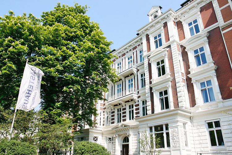 Die Absolventenfeier findet im Gästehaus der Universität Hamburg statt (Foto: UHH)